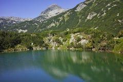 Paesaggio stupefacente con il lago eye ed il picco di Muratov, montagna di Pirin Fotografie Stock Libere da Diritti