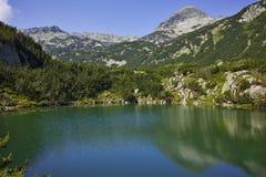 Paesaggio stupefacente con il lago eye ed il picco di Muratov, montagna di Pirin Immagini Stock Libere da Diritti