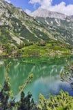 Paesaggio stupefacente con il lago eye ed il picco di Vihren, montagna di Pirin Fotografie Stock