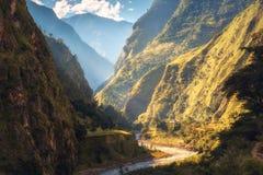 Paesaggio stupefacente con le alte montagne himalayane, fiume Immagine Stock