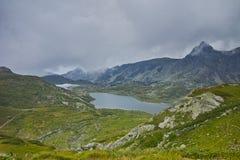 Paesaggio stupefacente del gemello e dei laghi trefoil, i sette laghi Rila Fotografia Stock
