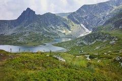 Paesaggio stupefacente del lago gemellato, i sette laghi Rila fotografia stock libera da diritti
