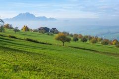 Paesaggio stupefacente del supporto Pilatus e lago Lucerna coperto di rana, alpi Fotografia Stock
