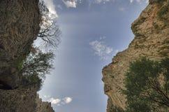 paesaggio stupefacente delle montagne rocciose e del cielo blu Vista del cielo fra due rocce Grandi montagne di Caucaso Fotografie Stock