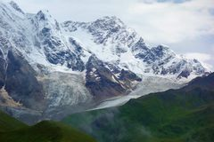 Paesaggio stupefacente di Caucaso della montagna dei picchi delle montagne Tetnuldi, Gistola e Dzhangi-tau e ghiacciaio Lardaad i fotografie stock libere da diritti