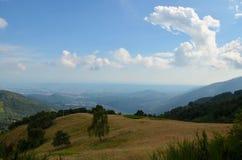 Paesaggio stupefacente di Mountain View un giorno soleggiato, con le nuvole fotografia stock