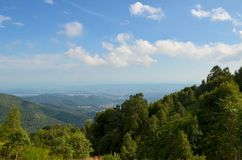 Paesaggio stupefacente di Mountain View un giorno soleggiato, con le nuvole Immagine Stock Libera da Diritti
