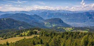 Paesaggio stupefacente in dolomia, Tirolo del sud, Italia di estate delle montagne Il passaggio di Oclini Immagini Stock