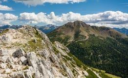 Paesaggio stupefacente in dolomia, Tirolo del sud, Italia di estate delle montagne Picco bianco e picco nero nel passaggio di Ocl Fotografia Stock Libera da Diritti