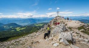 Paesaggio stupefacente in dolomia, Tirolo del sud, Italia di estate delle montagne Picco del Weisshorn nel passaggio di Oclini, I Fotografia Stock