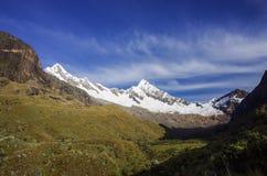 Paesaggio stupefacente intorno a Alpamayo, uno dei picchi di più alta montagna Immagine Stock