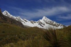 Paesaggio stupefacente intorno a Alpamayo, uno dei picchi di più alta montagna Fotografia Stock