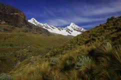 Paesaggio stupefacente intorno a Alpamayo, uno dei picchi di più alta montagna Immagini Stock