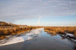 Paesaggio sul fiume vicino alla città Fotografia Stock