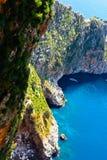 Paesaggio sul mare. rocce, scogliere, acqua di lazure. Fotografia Stock Libera da Diritti