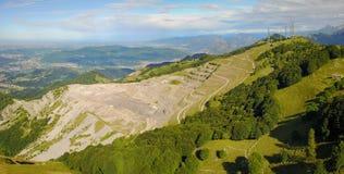 Paesaggio sulla cava concreta Panorama dalla montagna di Linzone Immagini Stock