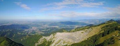 Paesaggio sulla cava concreta Panorama dalla montagna di Linzone Fotografia Stock