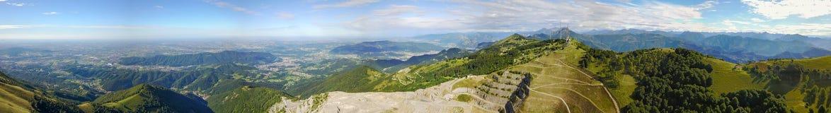 Paesaggio sulla cava concreta Panorama dalla montagna di Linzone Fotografia Stock Libera da Diritti