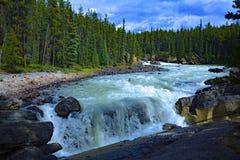 Paesaggio Sunwapta Falls dal fiume di Sunwapta in diaspro del parco nazionale, Alberta, Canada Immagini Stock Libere da Diritti
