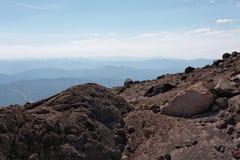 Paesaggio superiore della montagna sopra la riga di albero Fotografia Stock
