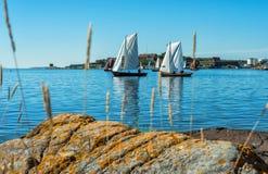 Paesaggio svedese della costa di mare con le vecchie barche a vela Fotografie Stock