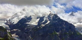 Paesaggio svizzero della montagna alle alpi di Bernese Immagini Stock