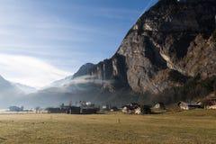 Paesaggio svizzero locale della montagna delle alpi di piccolo villaggio vicino a Brienz, Svizzera fotografia stock
