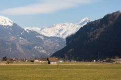 Paesaggio svizzero locale della montagna delle alpi di piccolo villaggio vicino a Brienz, Svizzera immagini stock libere da diritti