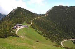 Paesaggio tedesco della montagna con il chalet Fotografie Stock Libere da Diritti