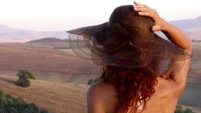 Paesaggio toscano e donna dai capelli rossi stock footage