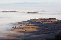 Paesaggio toscano nella nebbia, Montepulciano (Italia) Immagini Stock