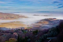 Paesaggio toscano nella nebbia, Montepulciano (Italia) Fotografia Stock Libera da Diritti