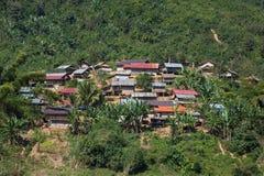 Paesaggio tradizionale del villaggio del lao visto dal Mekong Immagine Stock