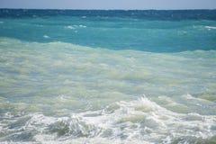 Paesaggio tricolore del mare: cielo, mare ed onde Fotografie Stock Libere da Diritti