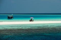 Paesaggio tropicale bianco di paradiso della spiaggia sabbiosa delle Maldive fotografie stock libere da diritti