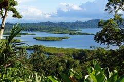 Paesaggio tropicale con gli isolotti Immagine Stock