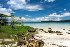 Paesaggio tropicale con la bella spiaggia immagini stock