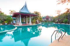 Paesaggio tropicale della località di soggiorno ad alba Immagini Stock Libere da Diritti