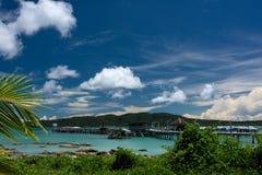 Paesaggio tropicale della spiaggia con l'acqua pulita ed il cielo blu del turchese immagine stock libera da diritti
