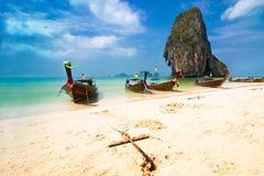 Paesaggio tropicale della spiaggia con le barche Fotografia Stock Libera da Diritti