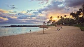 Paesaggio tropicale della spiaggia di tramonto Fotografia Stock
