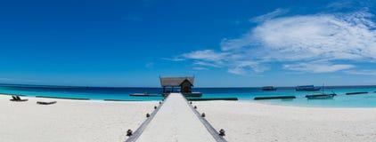 Paesaggio tropicale di panorama dell'isola della spiaggia alle Maldive Fotografia Stock