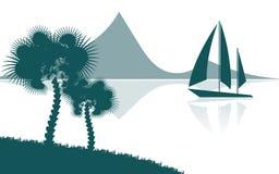 Paesaggio tropicale, vista dalla riva con le palme e piante, nave di navigazione, montagne nella distanza Fotografie Stock Libere da Diritti