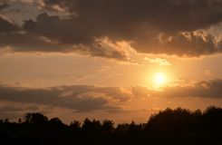 Paesaggio uguagliante calmo al tramonto con le nuvole molli dell'aria, attraverso cui i raggi del tramonto immagine stock libera da diritti