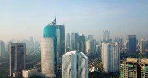 Paesaggio urbano aereo di Jakarta del centro dal fuco video d archivio