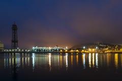 Paesaggio urbano alla notte con gli indicatori luminosi riflessi Immagini Stock Libere da Diritti