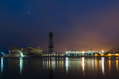 Paesaggio urbano alla notte con gli indicatori luminosi riflessi Fotografia Stock