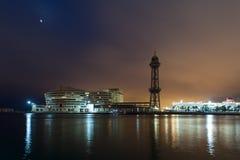Paesaggio urbano alla notte con gli indicatori luminosi riflessi Fotografia Stock Libera da Diritti