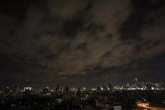 Paesaggio urbano alla notte, il traffico di Bangkok nella città Immagini Stock Libere da Diritti