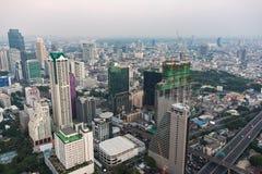 Paesaggio urbano asiatico moderno della megalopoli fotografia stock